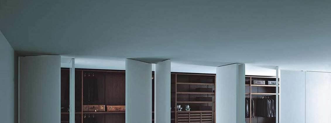 Les panneaux pivotants Porro mettent en relief une grande flexibilité d'utilisation et une modularité propre aux espaces contemporains. Assemblés, ils se distinguent par une vision mobiles tantôt comme cloison, tantôt comme portes. ©Porro