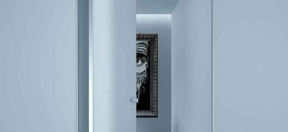 Conçue comme une surface de verre laqué, qui se fond avec les parois, la porte Aura est sertie d'un cadre en aluminium minimal. Ouverture bidirectionnelle et système d'ouverture magnétique invisible. Poignée moulée sous pression matérialisée par l'insert du verre laqué reprenant la couleur du battant. ©Rimadesio