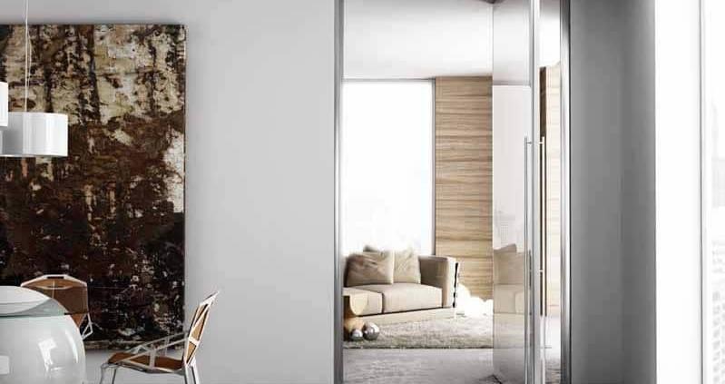 La porte Master sur-mesure se pare d'un vitrage dépoli. Elle devient un élément décoratif tout en conservant sa fonctionnalité première, pour mettre en évidence un passage ou le dissimuler magistralement. ©Staino & Staino