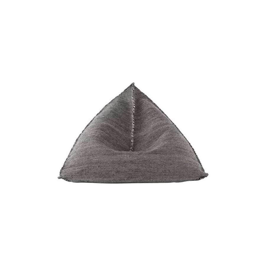 Être une bonne poire ? Le pouf Sail sait le faire avec élégance. Confortable et maniable, il séduit les intérieurs, avec son esprit ethnic-chic. Composé de billes de polystyrène et laine vierge. ©Gan