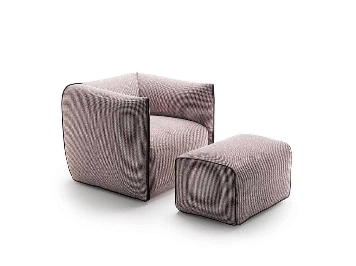 Compactes et accueillantes, les lignes minimalistes du fauteuil Mia soulignent une forme simple, pouvant revêtir n'importe quel type de revêtements. Structure en bois massif, rembourrage en polyuréthane. Design Francesco Bettoni. ©MDF Italia