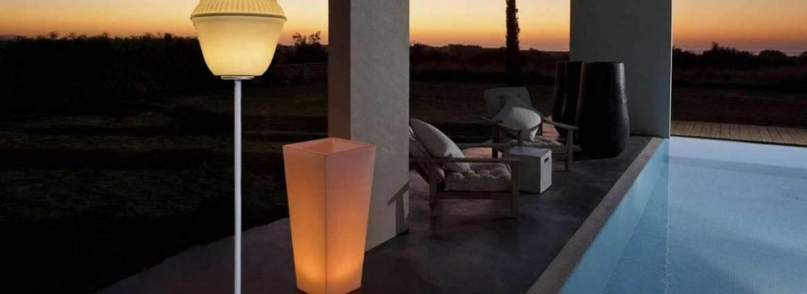 Luminaire Stand It et lanterne Vincennes. La lampe Stand It peut également fonctionner en recharge solaire. ©Smart & Green
