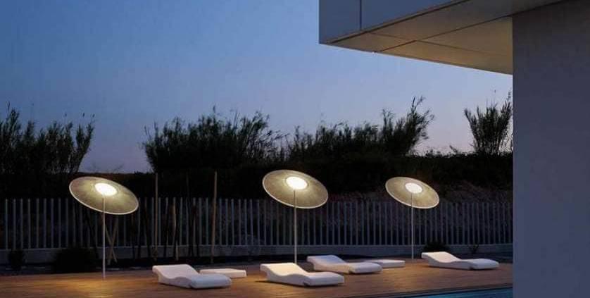 Parasol lumineux, en fibre de verre. Existe en version suspendue et 3 coloris. Design Jordi Vilardell. ©Vibia