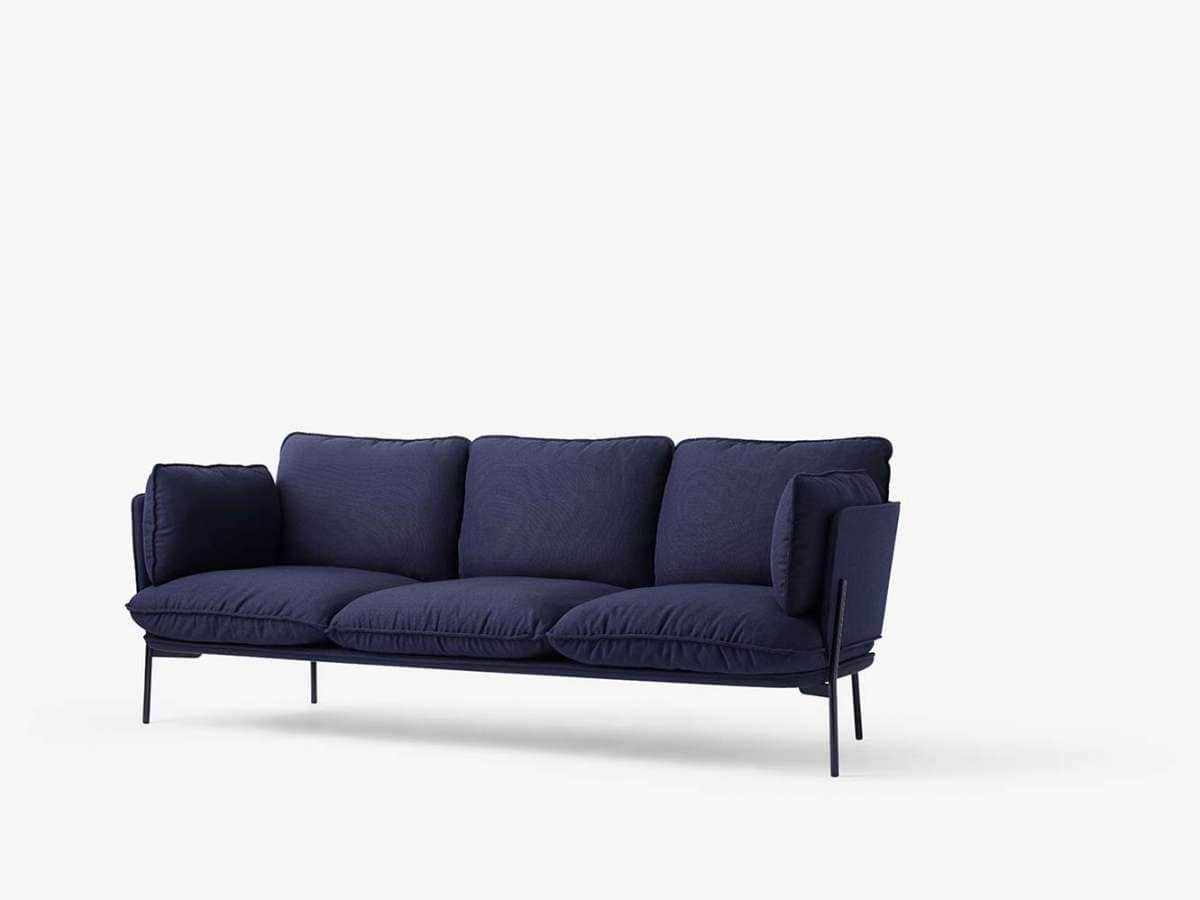 Le designer Luca Nichetto mélange les empreintes italiennes et danoises au sein de la nouvelle série de fauteuils et canapés Cloud. Le tissu Kvadrat se teinte de bleu-nuit, volcan-rouge, de pierre de désert ou d'ivoire. ©&tradition