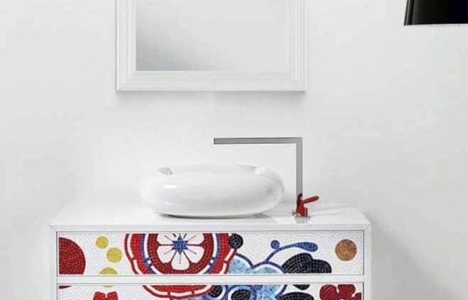 La nouvelle collection Quadro, imaginée par Marcel Wanders, s'illustre par deux nouveaux meubles de salle de bains consolidant une collaboration de longue date avec Bisazza. La commode ne laisse pas de marbre dévoilant tout le savoir-faire de la marque italienne. Décorée du motif en mosaïque taillée à la main Bloem rouge, elle apporte un supplément d'âme colorée et poétique à l'espace bain. Délicatement posé, le lavabo en céramique émaillée lui laisse la parole. ©Bisazza Bagno