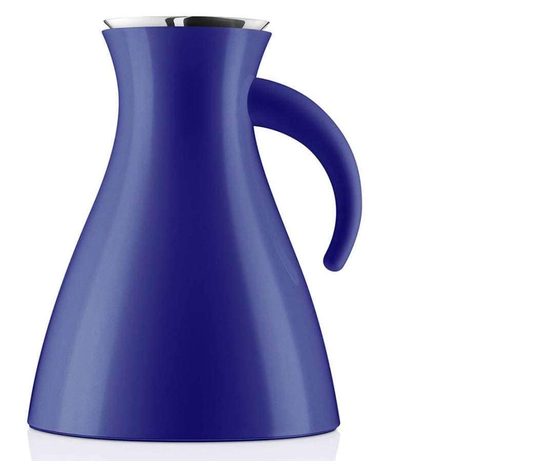 Le pichet isotherme se teinte de bleu, pour un look électrisant. Bec verseur stop-goutte. En acier inoxydable, Bakélite et verre. ©Eva Solo