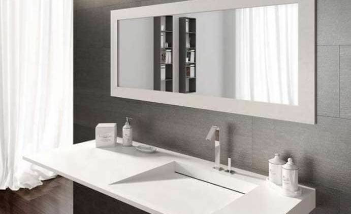DESIGN RIGOUREUX La collection Flow se distingue par un design anguleux porté par de la résine, Tekhnos, matériel innovant et polyvalent qui s'insère dans l'univers de la salle de bains avec élégance. Cinq nuances immergent votre plan vasques au coeur de la personnalisation : blanc, ivoire, pierre Pietra Serena, bronze et faïence. La différence s'inscrit dans la découpe horizontale spécifique, à même de drainer l'eau, sans à-coups, pour laisser la parole à l'élément aquatique dans toute sa pureté. ©Lasaidea