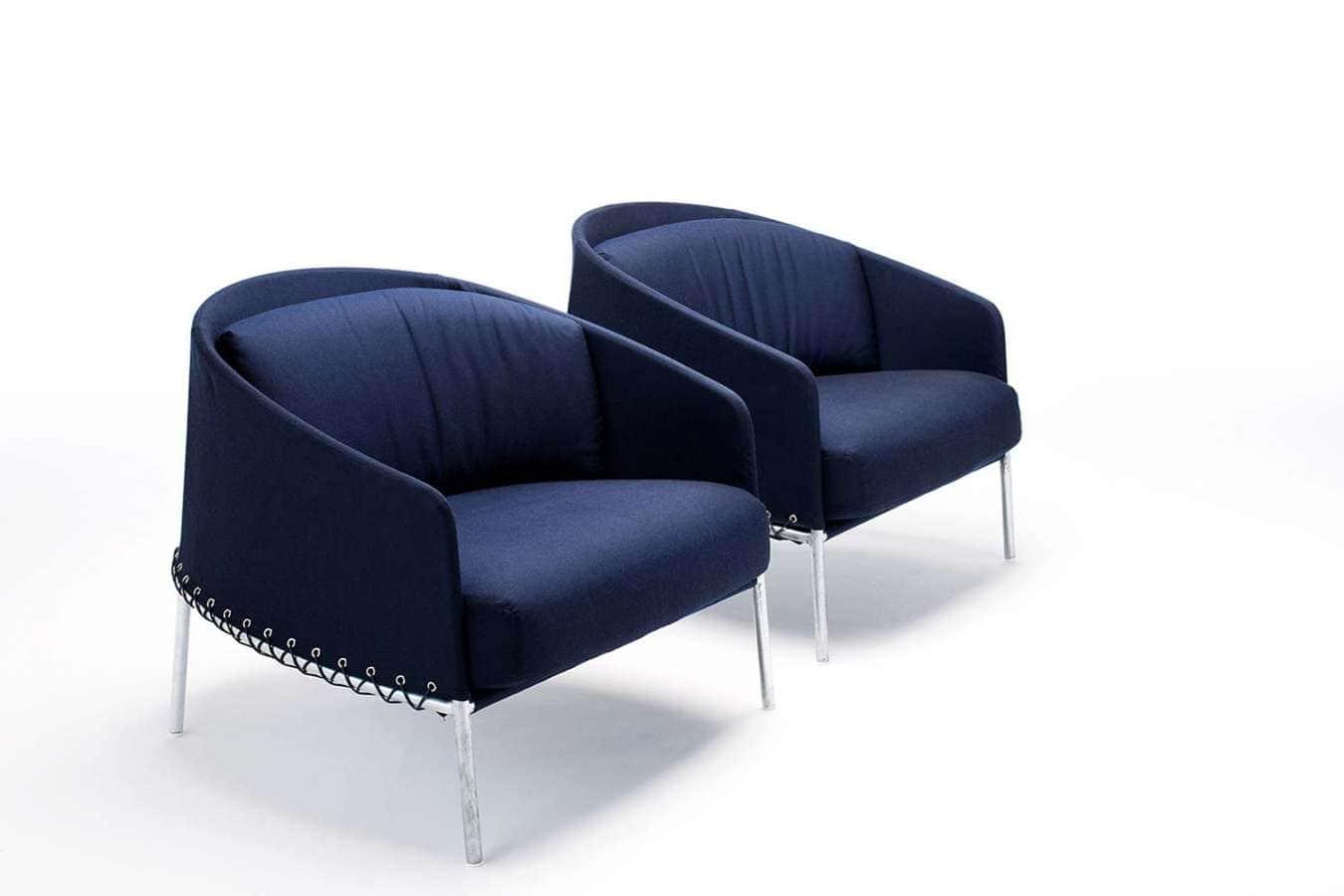 Avec son tressage et sa couleur bleue, Poncho revêt un tissu résistant, qui vous permettra d'en profiter également à l'extérieur. Design Lucidi Pevere. ©Living Divani
