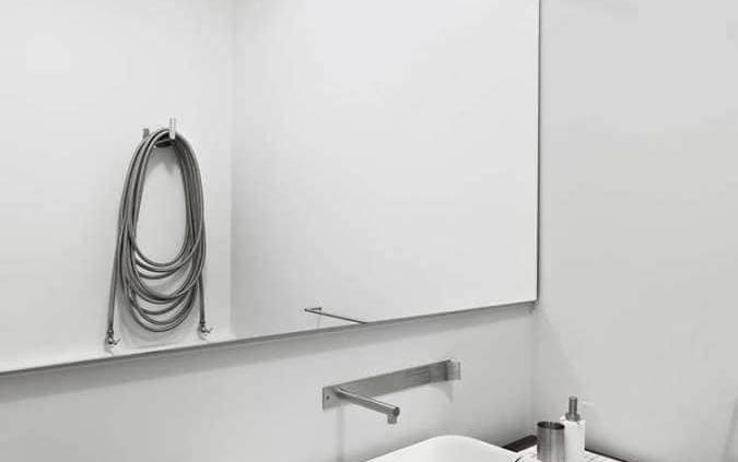 Rond ou rectangulaire l'innovation Mizu s'inscrit dans la digne lignée des vasques étonnantes signées Scarabeo. Conçu par Emo Design, ce lavabo fait fi des conventions, pensé comme un volume à part. Le fil de drainage central marque une nouvelle interprétation esthétique. Le trou d'évacuation, si disgracieux, s'efface au profit d'un graphisme dans son expression la plus élémentaire. ©Scarabeo