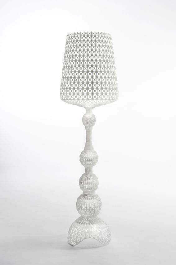 Lampadaire dont la structure s'inspire fortement d'une robe en dentelles néo-baroque. Design Ferruccxo Laviani. ©Kartell