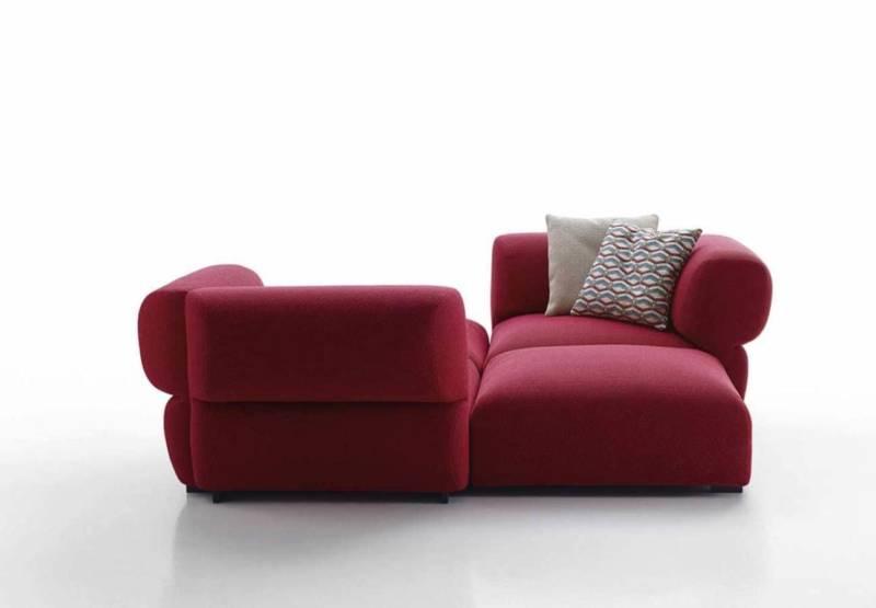 Premier système d'assises textiles de la collection Outdoor, Butterfly combine des modules, pour une utilisation libre et informelle. Entièrement rembourrés, ils combinent la résistance et le confort. ©B&B Italia