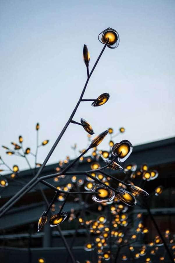 Petite révolution dans le monde du luminaire. Alors que la marque vient juste de planter cet arbre lumineux dans sa ville d'origine, à Vancouver, ce petit bijou a été présenté à Milan. Applaudie, elle mêle structure métalllique et corps en verre, insérant une LED. ©Bocci