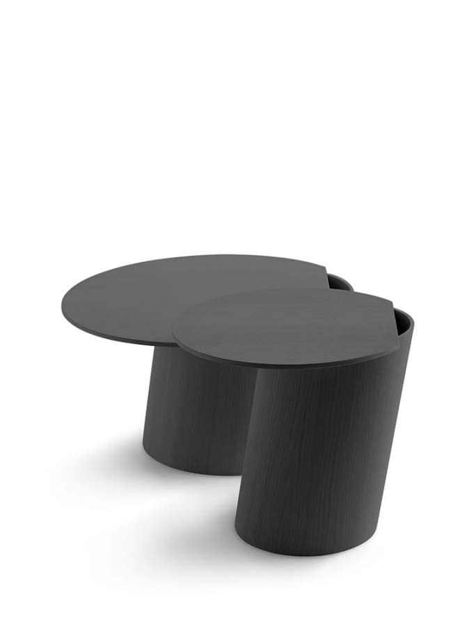 Tables aux formes graphiques, conçues par David Geckeler et Franck Michels. Les cylindres se coupent pour donner une dynamique. En contre-plaqué chêne. ©Crassevig