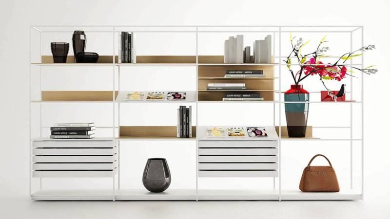 Prompte à séparée, cloisonnée ou juste à poser contre un mur, la bibliothèque en bois et métal joue sur les tiroirs coulissants et les vides. Design Christophe Pillet. ©Enne