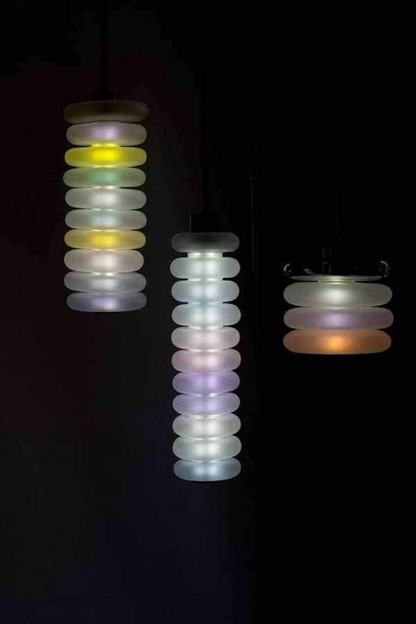 Série de lampes qui explorent l'univers de la lumière et de la couleur, comme un prisme. Eteinte, elle devient blanche, allumée elle dévoile de subtiles palettes chromatiques graduées. ©Garay studio