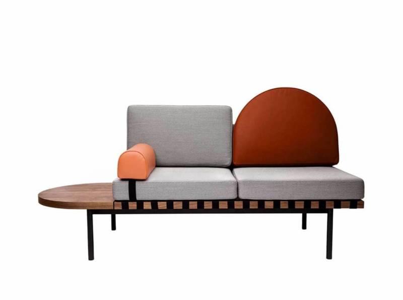 L'assise graphique créée par le Studio Pool évolue en fonction des éléments modulaires. Structure en bois est cadencée par une sangle, un piètement en acier noir, prolongée par une tablette en bois amovible. ©Petite Friture