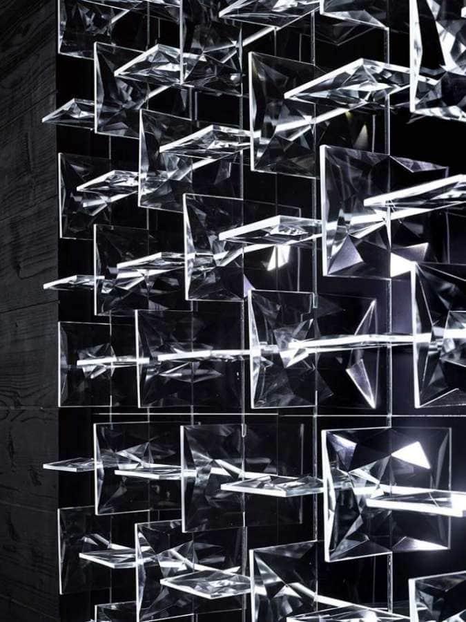 Venant tout juste de remporter l'International Design Award, ce système d'éclairage modulaire repose sur une base mesurant 50 x 50 cm. Démultipliés, les éléments forment un plafonnier, un mur décoratif… en verre. LED. ©Preciosa
