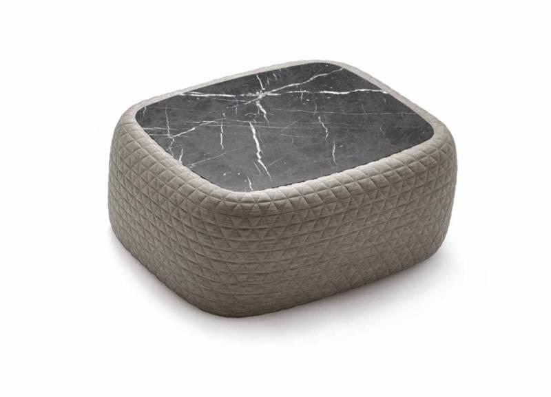 Table basse réunissant le doux et dur, un tissu matelassé, surmonté d'un plateau en marbre. Design J-L Iratzoki. France Design. ©Retegui