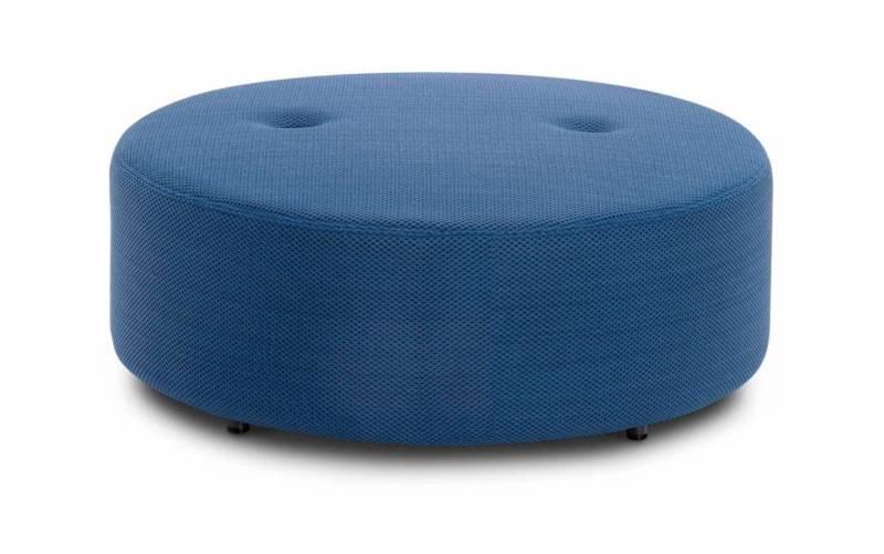La collection se compose de systèmes articulés d'assises pour venir enrichir les canapés. Structure en aluminium habillée d'un rembourrage moelleux version apparente ou revêtu de tissus d'extérieur. ©Roda