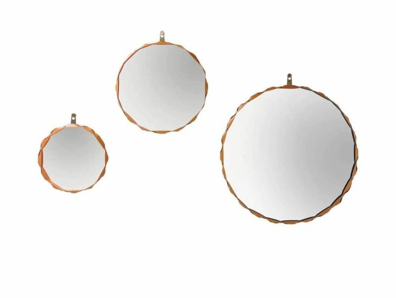 Miroir avec une glace de 5 mm d'épaisseur, entouré d'un cadre en cuir, entrelacé avec un tissu Alcantara® couleurs gold, bleu ou violette. Design Atelier Oï. ©Zanotta