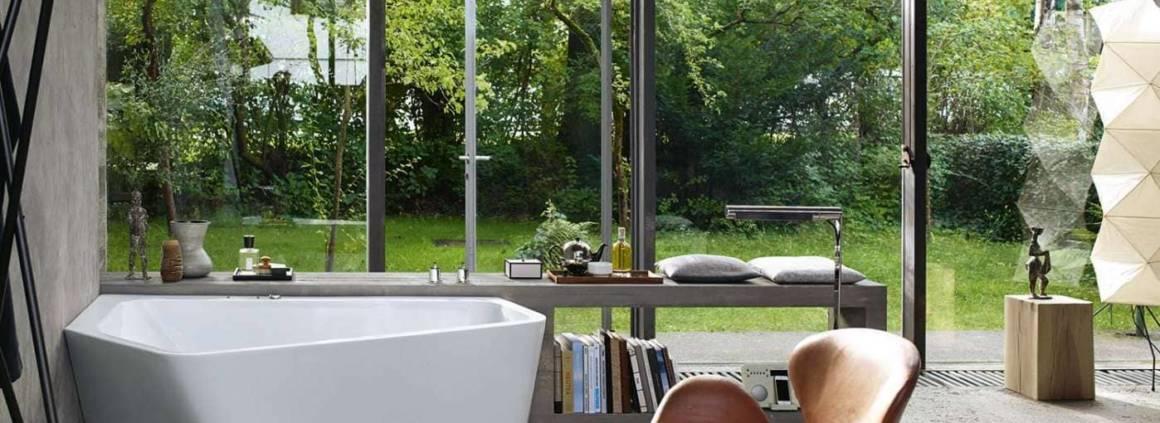 La baignoire Paiova 5 d'EOOS a été conçue pour le confort individuel, avec une assise ergonomique et une position inclinée quasi plate pour un bain à deux ou seul. Symbiose entre un baignoire îlot et une baignoire d'angle. ©Duravit