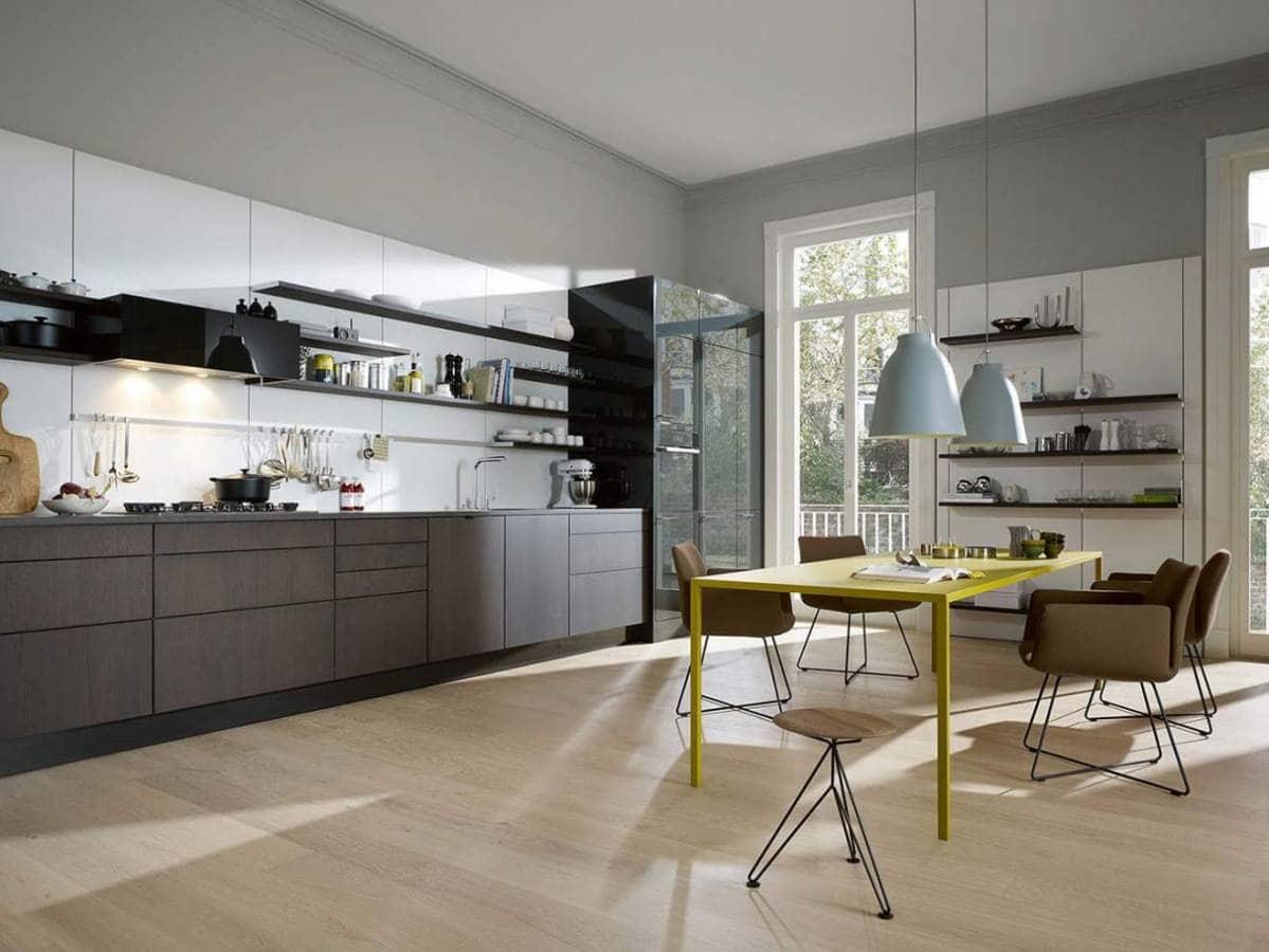 Issue du modèle SE 4004, cette cuisine contemporaine en placage de chêne graphite accueille le concept Floating Spaces, personnalisable à souhait. L'absence de prise en main crée une ombre marquent les découpages de tiroirs, accentuant la perspective. ©SieMatic