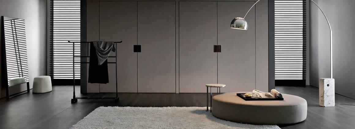 Antonio Citterio repense la thématique du rangement. Le must, la porte pivotante de grande dimension. Le système tout hauteur vise l'invisibilité, une fois ouverte, en disparaissant littéralement au sein du mur. La porte « Backstage » offre une vision complète de l'espace de rangement. À l'intérieur, la répartition permet, via un mécanisme escamotable, une pleine et entière maximalisation de l'espace, avec au programme, des étagères, bacs vide-poches, compartiments porte-chemises, miroirs orientables, porte ceintures, bijoux… L'éclairage est au rendez-vous afin d'accroître la visibilité, tout comme les détails et finitions cuir ou nickel bronze. ©B&B Italia