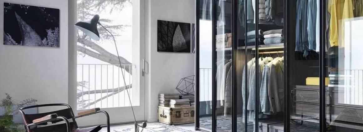 La transparence devient un élément de décor à part entière. L'armoire Aria se pare d'aluminium et de verre, avec aux choix des modules intérieurs en mélaminé ivoire ou blanc, chêne blanchi ou teck. Les accessoires de rangement deviennent alors vitaux, pour que l'ordre reste de mise : étagères, grands tiroirs, miroirs, plateaux amovibles, penderie, porte-pantalons. Ces différents éléments peuvent être modulables pour s'adapter à votre garde-robe et votre vision du rangement. L'éclairage est quant à lui manuel ou à capteur sous forme de barres lumineuses ou lampes encastrées. Design David Lopez Quincoces. ©Lema