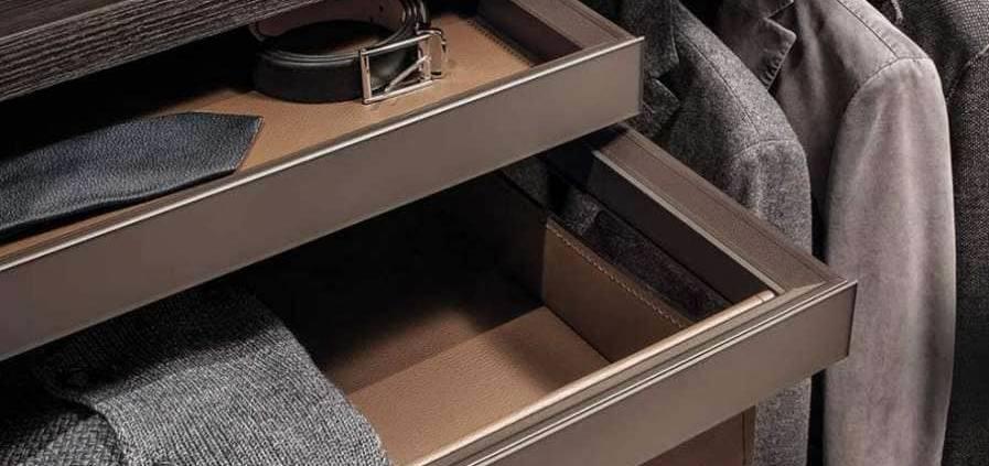 La finition est importante à l'extérieur mais également à l'intérieur. Cuir, chêne composent les étagères, les tiroirs, porte-pantalons…. ©Rimadesio