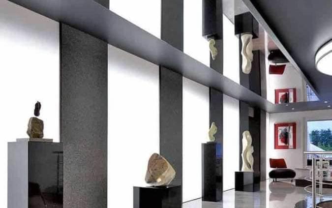 La gamme Barrisol® Mirror structure les espaces. La réflexion de la toile permet de multiplier les perspectives des volumes, mêmes les plus petits. Disponible en rectangle, carré, rond ou triangle, elle suit la scène à mettre en valeur tout en présentant des propriétés aériennes. Extrêmement légère, elle se fixe sur un cadre en aluminium. ©Barrisol