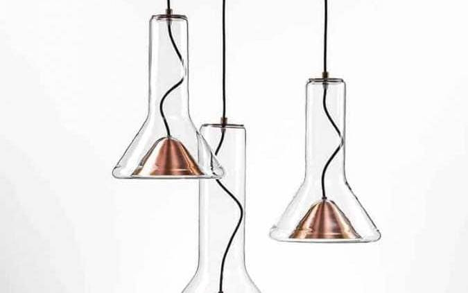 Brokis, Whistle - La suspension en verre soufflé s'équipe d'un nouveau réflecteur en cuivre. Design Lucie Koldova. ©Brokis