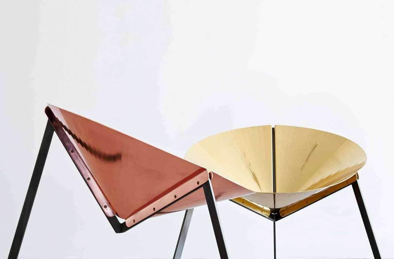 Un projet qui remet au goût du jour et en version métallique la chaise iconique Acapulco des années 50. Structure en fer qui supporte du cuivre poli et du laiton. Design Ivdesign. ©DeCastelli