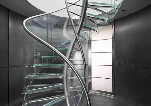 Conçu par le designer Geoffrey Packer, cette réalisation mêle design et prouesse architecturale. Il affiche « un code génétique unique » d'où son nom DNA. Il se compose d'une structure centrale à double hélice qui supporte les marches et fait office de main courante. ©EeStairs
