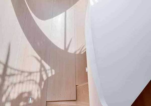 Au sein d'une rénovation d'un vieil immeuble, l'éloquence du matériaux Hi-Macs® s'inscrit dans la structure de l'escalier, imaginé par FORM Design Architecture. Une fluidité de mouvement qui s'enroule et se déroule au fil des étages, pour une envolée de 14 mètres. Une spirale lisse et uniforme, sculptée dans un seul et même bloc, rendue possible par les propriétés thermoformables du matériau. ©Hi-Macs®