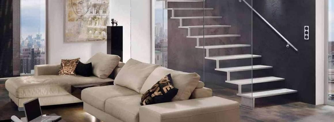 Dernier-né de la marque Treppenmeister, l'escalier Aréo en aluminium allège les espaces. La fonte d'aluminium spéciale permet une structure de la surface des marches s'apparentant à de la pierre naturelle. Le garde-corps en verre, imaginé comme une cloison permet de conserver cet aspect flottant et aérien. ©Treppenmeister