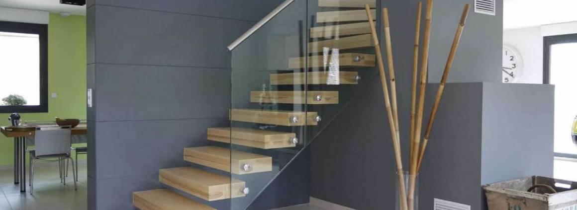 Escalier automoteur EGO, au design puriste. Les marches en bois massif sont mises en valeur par le garde corps en verre. ©Treppenmeister