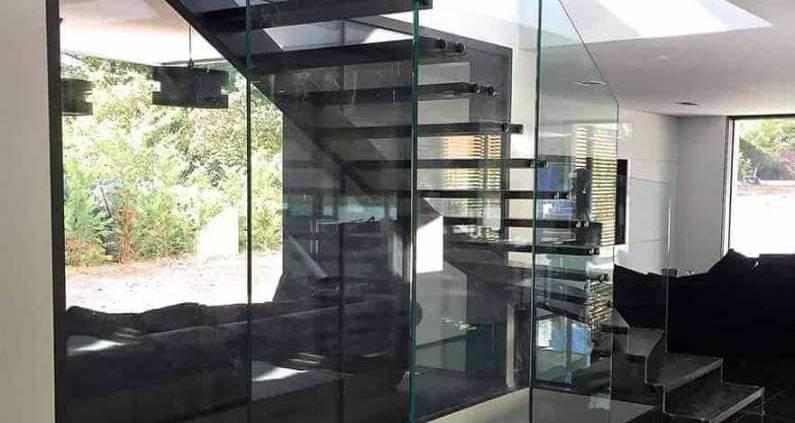 L'escalier Skystep droit à quart tournant démontre que le verre, le bois et l'acier dialoguent sans fausses notes. La structure en verre porte littéralement la réalisation, grâce aux propriétés structurelles du verre trempé 10+10 mm et des fixations en acier laqué. ©Trescalini