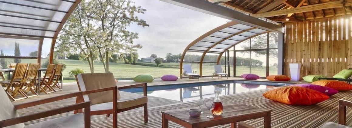 Abrisud - Audacieux, cet abri de piscine exceptionnel s'inscrit dans une réalisation unique et innovante, primée par le Trophée d'Or dans la catégorie « abris de piscine ou de spa ». 13 x 4,50, en bois lamellé collé, aluminium et polycarbonate.