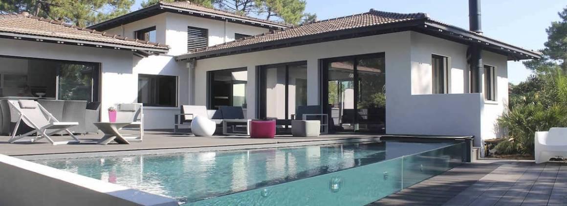 Carré Bleu - La piscine Excelsior illustre la nouvelle génération de piscine à parois vitrées. En 2 versions, verre minéral ou méthacrylate, premier verre acrylique au monde. Ce dernier octroie de longues parois sans aucun joint visible.