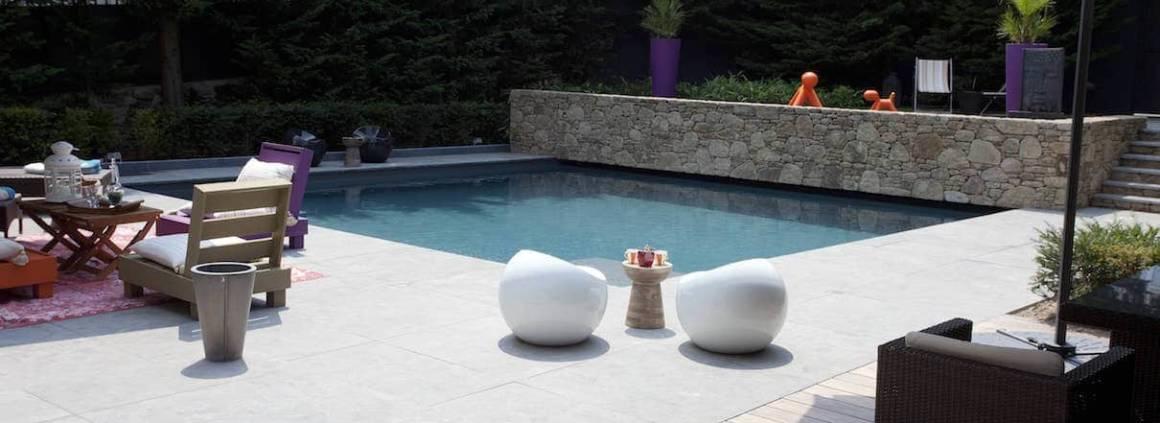 Carré Bleu - Cette piscine XS de forme personnalisée avec escalier et banquette de 5 x 5,50 mètres a remporté lors du 10ème Trophée de la Piscine 2015, le trophée d'argent dans la catégorie piscine citadine inférieure à 30 m2 de forme angulaire. Plage et margelles en pierre naturelle, couverture immergée, stérilisateur U.V… Réalisation Soleil Bleu.