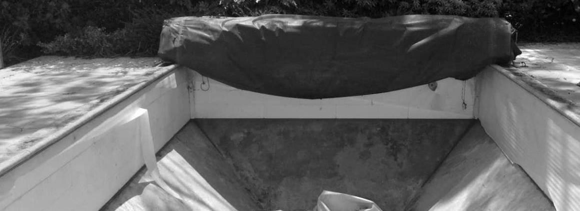 Carré Bleu - Aquaconcept - Une rénovation étonnante, à même de modifier l'empreinte du jardin. Réalisée par Carre Bleu Aquaconcept, cette piscine de 10 x 5 mètres revêt une plage en Ipé et un liner gris, sans omettre de nombreuses options, qui lui valent le Trophée d'Or dans la catégorie « rénovation piscine ».