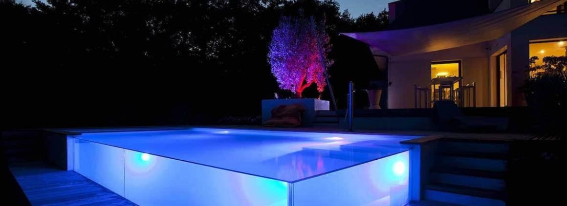 La piscine change d'ambiance la nuit venue. Cette atmosphère participe à cette volonté de rendu visuel final. Cette piscine réalisée par Soleil Bleu remporte le Trophée d'Or dans la catégorie « piscine de nuit, particulièrement mise en valeur par les équipements de nuit ». 8 x 3,5 mètres, en verre et blocs à bancher, débordement sur les 2 côtés en parois de verre, plage en bois…