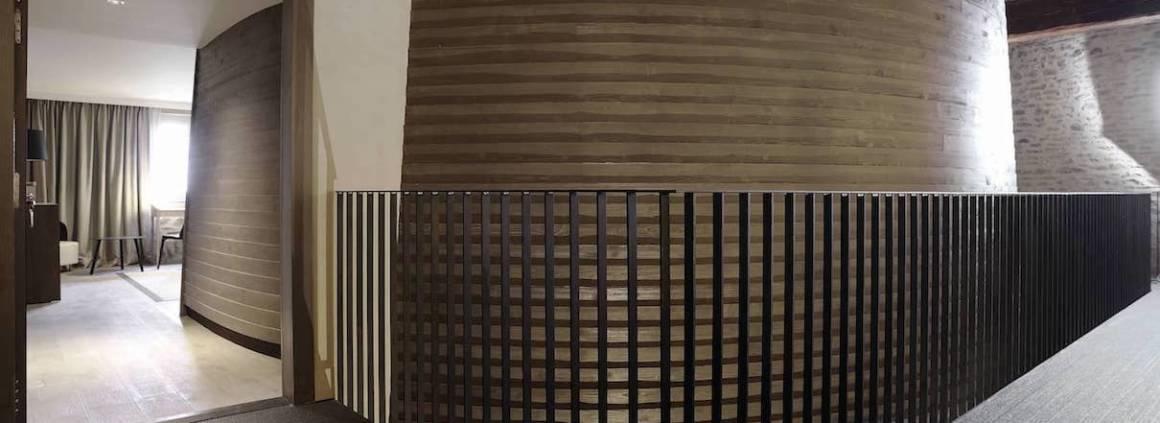 6 nouvelles suites exceptionnelles ont vu le jour entre 2012 et 2013, métamorphosées par l'architecte Albert Constantin. Les chambres prennent vie au coeur de l'ancien cuvage et s'inspirent des lignes courbes, évoquant les tonneaux. Photographe Erick Saillet.