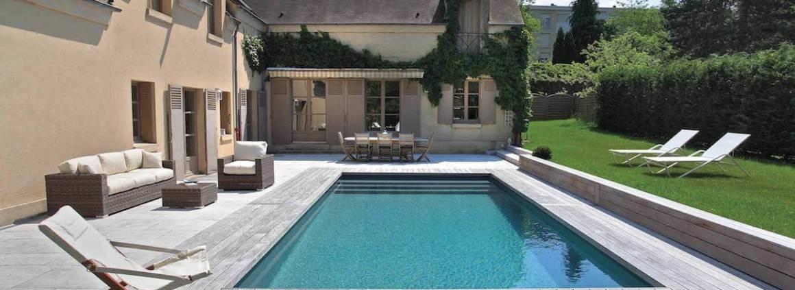 Desjoyaux - Entre contemporain et classique, cette piscine de 8 x 4 mètres répond parfaitement au cadre architectural