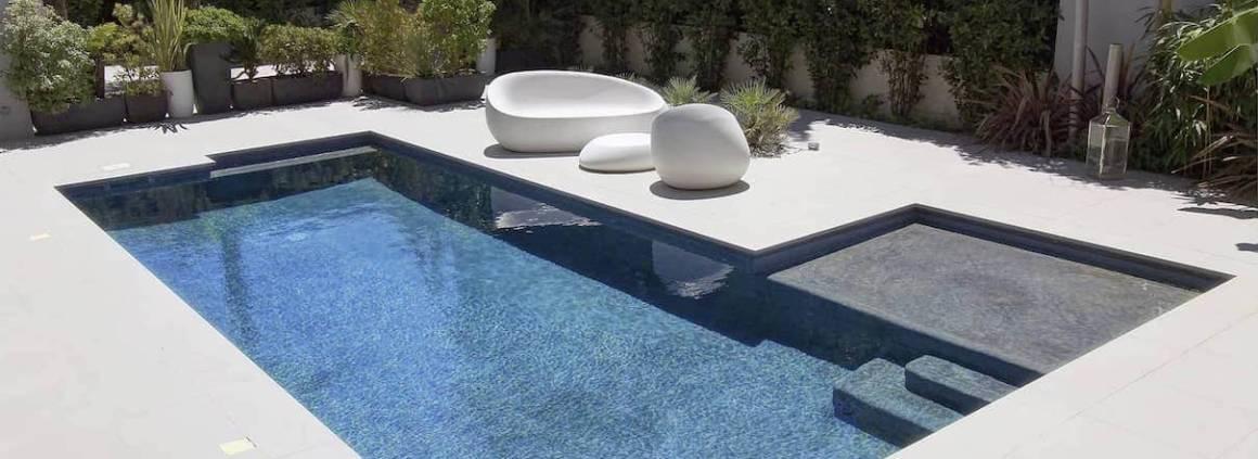 Diffazur - Simple élégante, en lien avec son environnement, cette piscine a fait l'unanimité aux Trophées de la Piscine 2015 saluée par le Trophée D'Or dans la catégorie piscine citadine inférieure à 30 m2 de forme angulaire ». De 8 x 3 mètres, en gunite, avec balnéo et margelles en pierre naturelle.