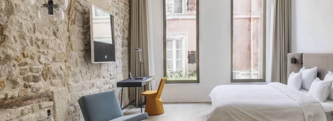 Prenant ses assises dans un ancien hôtel particulier du XVIIème siècle, l'établissement a repris vie grâce au talent des architectes d'intérieur Margot Stängle & Ralph Hüsgen, au gré de 7 suites.