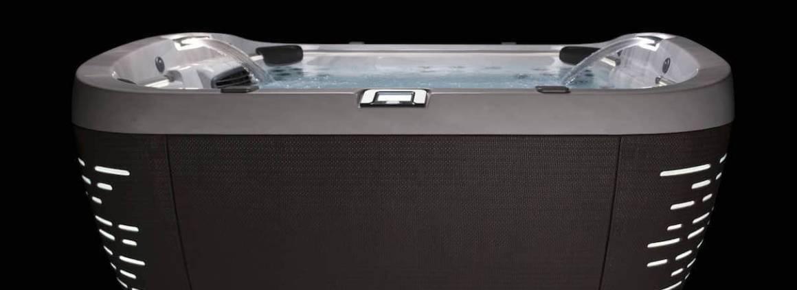 Jacuzzi® - Le design novateur du J-500TM en forme de coquillage illumine sa jupe d'une intégration LED inspirée. En prime, cascade, écran de contrôle tactile pilotable à distance avec votre smartphone, le tout équipé des meilleurs jets de la gamme Jacuzzi®.
