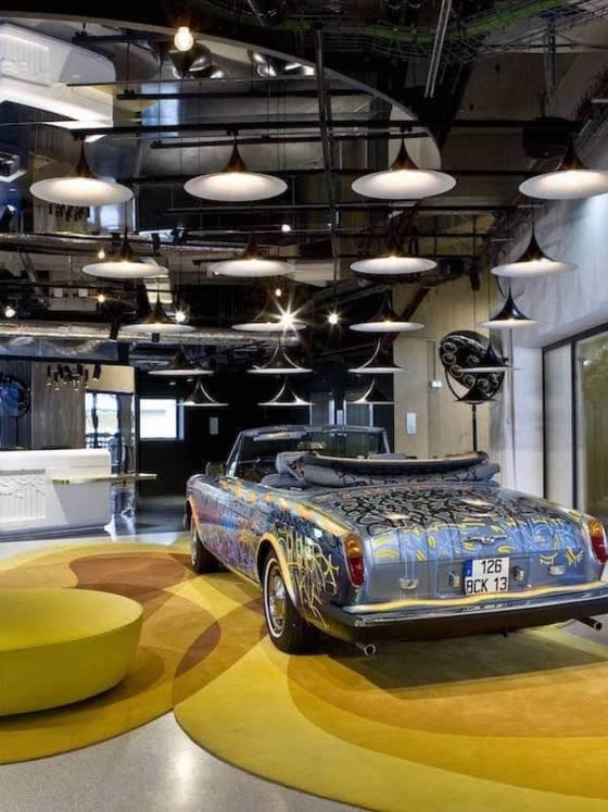 L'hôtel a fait l'objet d'une incroyable reconversion en 2014. Conçue comme un voyage, l'architecture d'intérieur ancre l'établissement dans son époque Art Déco originelle et sa période Street Art, tout en ajoutant de la modernité, tournant autour de la piscine lieu emblématique de la vie parisienne. L'hôtel Molitor s'ouvre sur un lobby audacieux qui joue sur les contrastes : un monde inhérent au bâtiment, le Street Art, avec la célèbre Rolls Royce taguée par John Wayne et la préciosité des éléments complémentaires. Le chiné et les pièces contemporaines. Réalisation architecture d'intérieur Agence Jean-Philippe Nuel. Photographe Gilles Trillard.