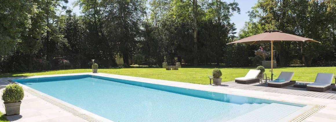 Mondial Piscine - Pour un cachet à part, la piscine miroir joue sur les horizons. Miroir d'Ô se fond dans le décor avec son débordement sur les 4 côtés.