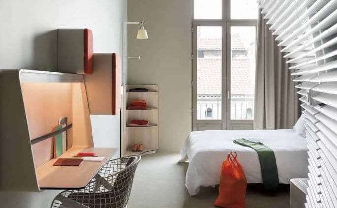 Ouvert en janvier 2014, l'Okko Hôtel assoit le design de Patrick Norguet dans l'ancienne annexe de la Préfecture de Police, longeant les quais du Rhône. Un subtil mélange entre contemporain et tradition. Photographe Jérôme Galland.